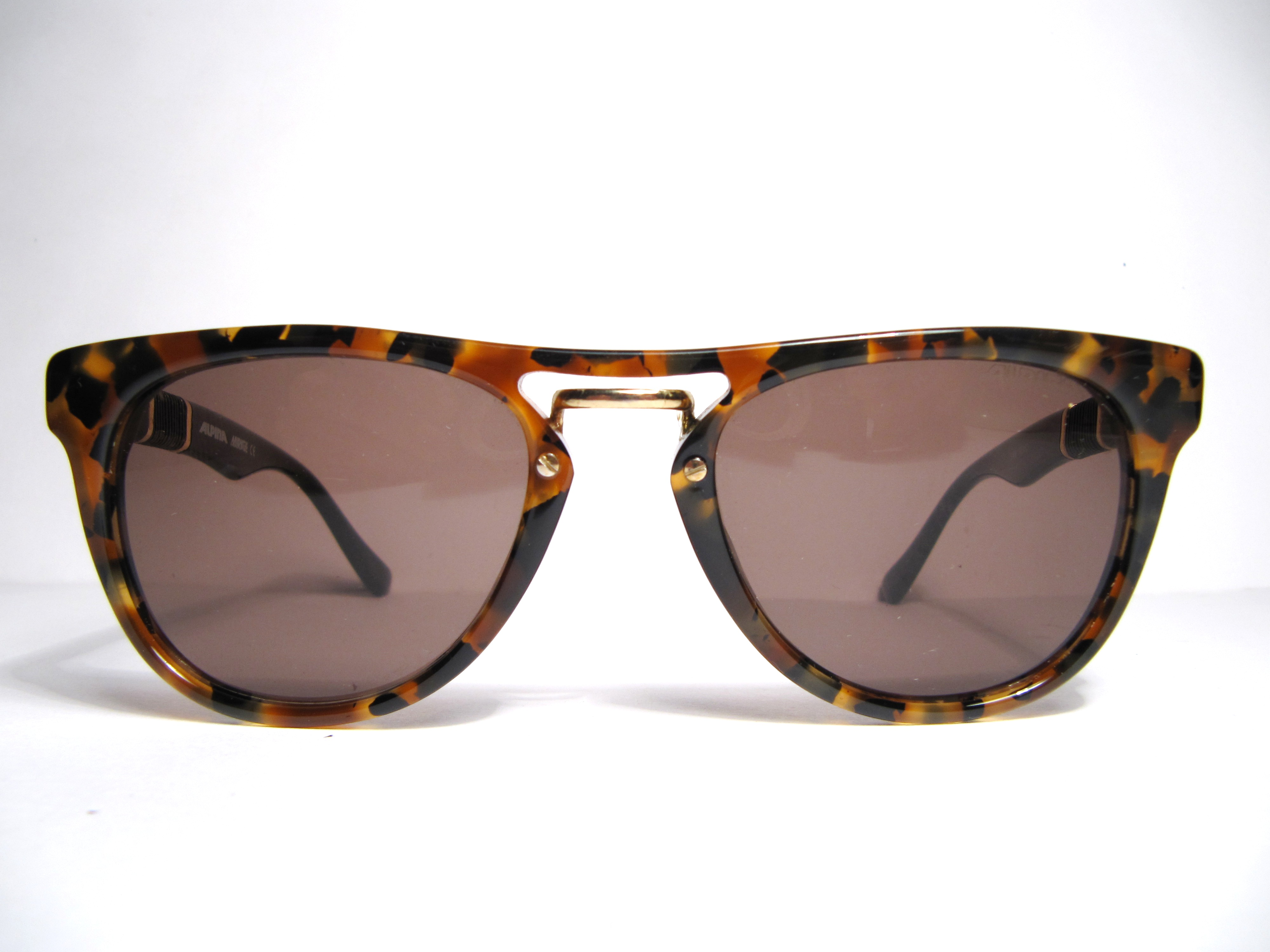 Product Features polarizing card can also help you know more about the sunglasses.